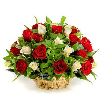 Букет Моим дорогим: Розы и зелень